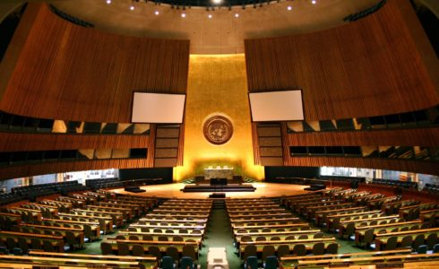 United Nations General Assembly hall in New York City. (Src: Patrick Gruban, Wikimedia Commons)